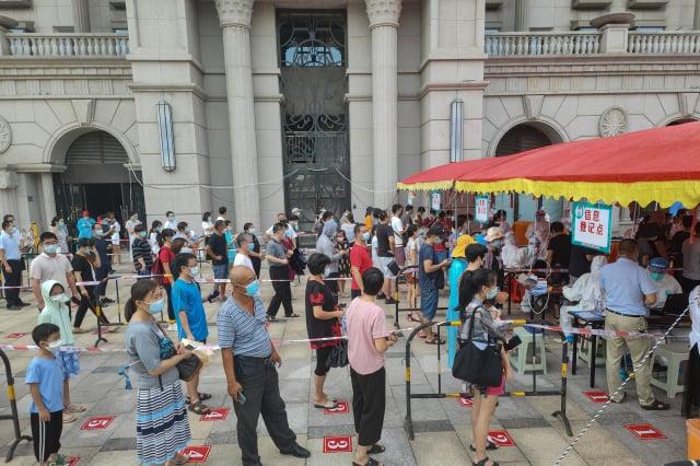 福建疫情再起,民眾人心惶惶。圖為接受檢測的廈門民眾。(STR/AFP via Getty Images)