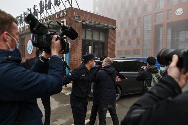 2021年2月3日,世衛專家小組到達武漢病毒研究所,調查中共病毒的來源;當地警察阻擋外國記者進入。(HECTOR RETAMAL/AFP via Getty Images)