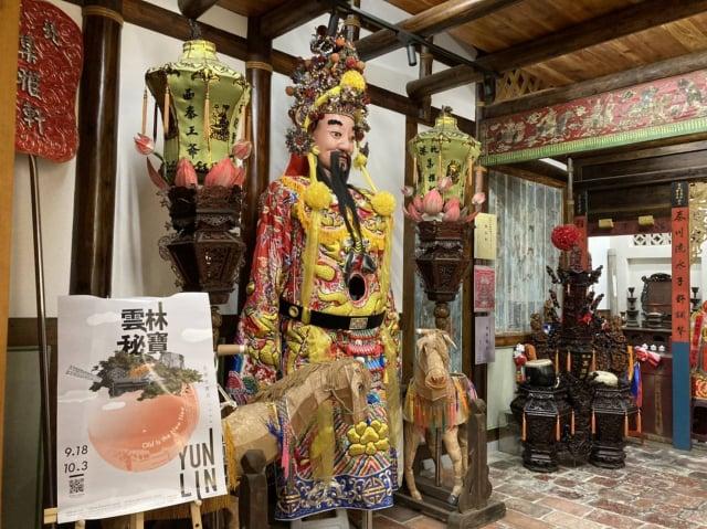 館內也展示北港集雅軒的祖師爺「西秦王爺」、花籃鼓架、木雕裁判等等。