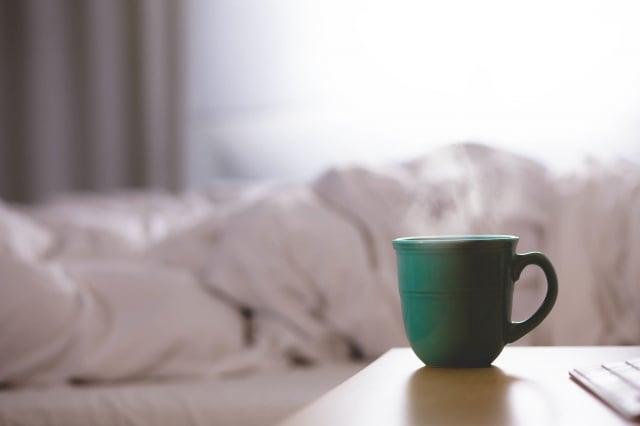 當你醒來時,身體分泌的皮質醇(cortisol,又稱「壓力荷爾蒙」,可協助人體應對壓力,讓人有精神)會自然增加,所以咖啡晚一點再喝。(Pixabay)