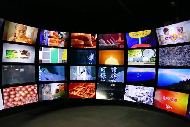 2021年5月開幕的明通藥事文化館,館內以電視牆呈現明通製藥的歷史紀錄。(攝影/鄧玫玲)