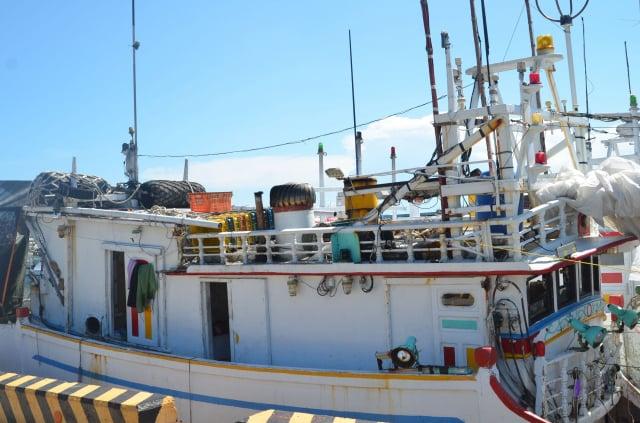 澎湖有近300艘的近海漁船,在原有的駕駛座艙室擴建休息室,因港務單位在進行船舶檢查時,發現與原有建造設計圖不符,要求改善,否則不得出海。(中央社)