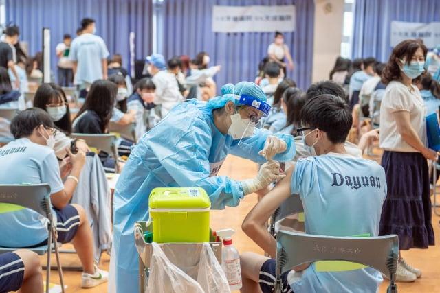 臺灣疫苗接種達1千多萬劑,出現多起不良反應,中醫師直指,疫苗接種後出現副作用,其實就是「中毒反應」。(中央社)