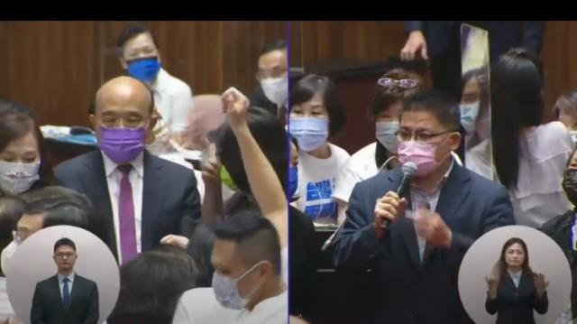 行政院長蘇貞昌(左)28日在立法院進行施政報告並備質詢,藍綠立委的包圍下進行答詢,最終在推擠人海中完成簡短的施政報告。(圖截取自國會頻道)