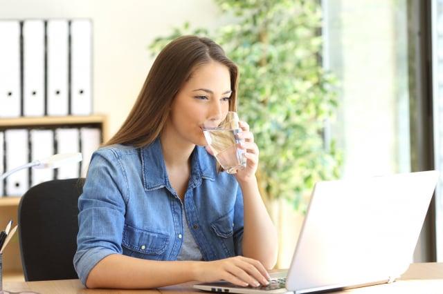 飲用鹽水或是泡瀉鹽浴具有消除宿醉的效果。(Fotolia)
