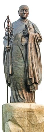 中國陝西省西安市「大雁塔」的玄奘雕像。(IlyasIsamail/Shutterstock)