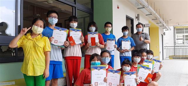 在瓊慧老師(左1)循序漸進的指導下,學生作文的表現亮麗,獲得校長與家長的肯定。(瓊慧老師提供)