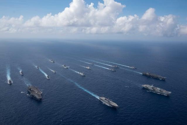 美國與其盟國正積極展現護衛印太區的決心。圖為10月3日,美國、英國及日本船艦在菲律賓海演訓。(Mass Communication Specialist 2nd Class Jason Tarleton/U.S. Navy)