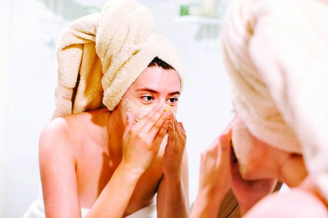 磨砂顆粒要細膩、光滑、溫和,不會在皮膚表面造成微小的傷口。(Shutterstock)