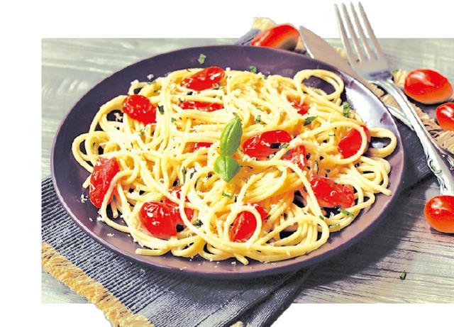 在義大利麵料理中加一點小番茄,色彩更繽紛。(Shutterstock)
