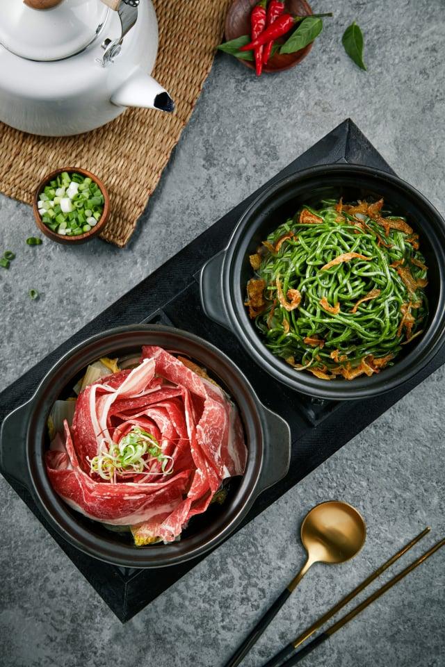 「鮮燙玫瑰牛湯」擁有華美的玫瑰花造型,上菜還有專人淋湯桌邊服務。