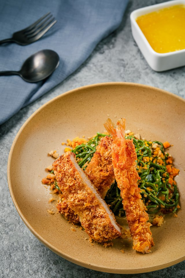 「淘金流沙雙拼乾拌麵」,將炸豬排搭配炸蝦淋上香濃金莎醬。