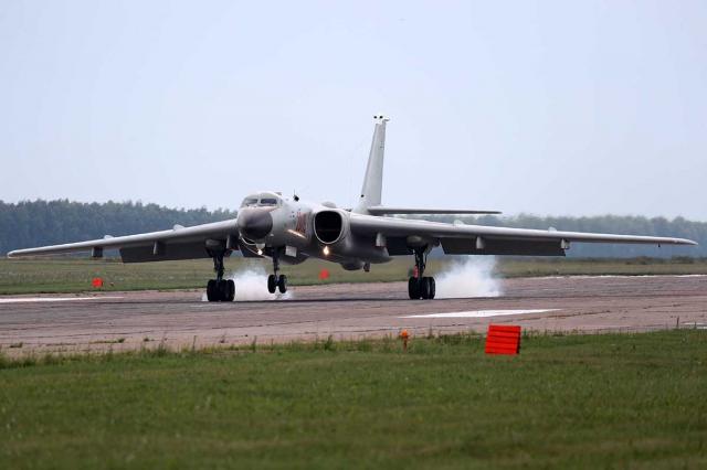 中共軍機自10月初開始,頻繁侵擾臺灣西南空域,引起國際關注。圖為共軍轟六轟炸機。(Mil.ru/維基百科)