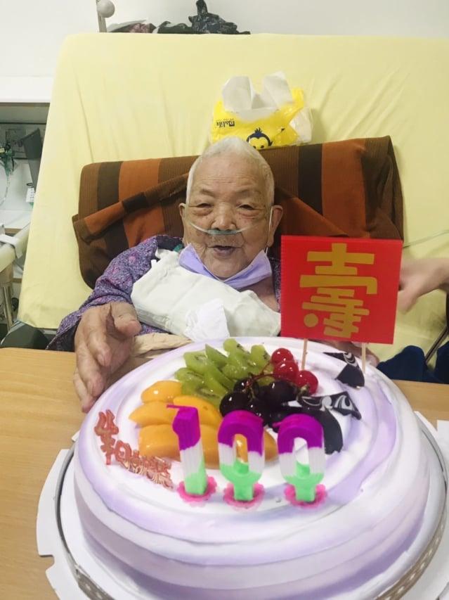 部桃新屋分院和百歲人瑞婆共同歡慶生日。