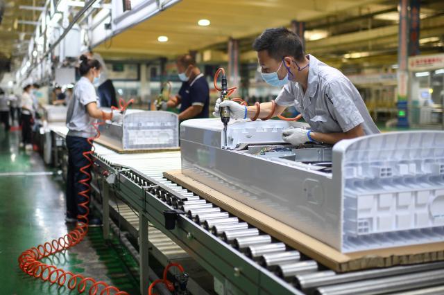 移工入境受阻導致產業缺工頻傳,勞動部長許銘春13日表示,將會有條件開放移工入境,有完整施打疫苗者將會優先允許入境。圖為示意圖。(STR/AFP via Getty Images)