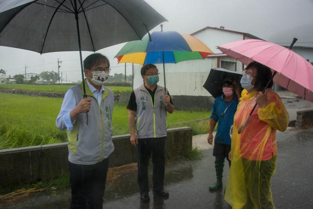 立委劉櫂豪(左一)到縱谷地區勘查農作物災情。